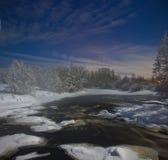 Noche iluminada por la luna en el río del bosque Imágenes de archivo libres de regalías