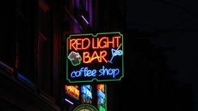Noche; la barra ligera roja y la cafetería del ife firman adentro Amsterdam Imagen de archivo
