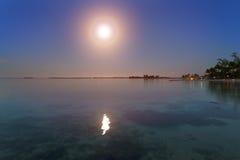 noche La luna sobre el mar y reflexión en agua Imagen de archivo