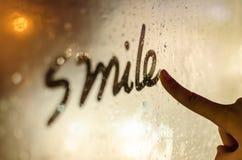Noche, la sonrisa sobre el vidrio Fotografía de archivo libre de regalías