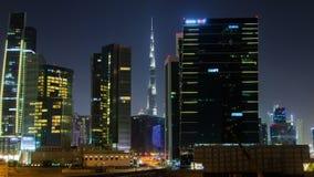 Noche-lapso céntrico de Dubai de la bahía del negocio del rascacielos almacen de metraje de vídeo
