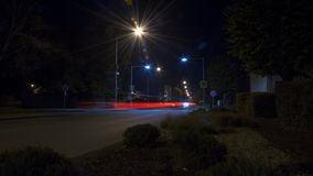 Noche-lapso con las luces del coche en ciudad almacen de video