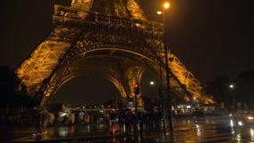 Noche lluviosa de AR de la calle de París Conducción y gente de automóviles que cruzan el camino metrajes
