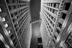 Noche lluviosa en Chicago alrededor del edificio de Wrigley foto de archivo