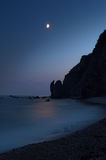Noche, mar y claro de luna fotos de archivo