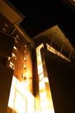 Noche moderna del edificio Fotos de archivo libres de regalías