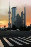 Noche moderna del fondo de los edificios de oficinas en Shangai Imágenes de archivo libres de regalías