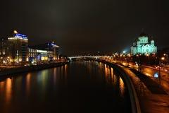 Noche Moscú del río de Moskva y del terraplén Imágenes de archivo libres de regalías