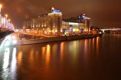 Noche Moscú del río de Moskva y del terraplén Imagen de archivo libre de regalías