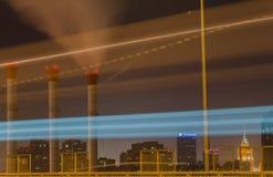 Noche Moscú Enciende para arriba el rastro de encenderse más allá de un autobús, tiro imagen de archivo