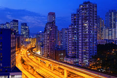 Noche ocupada del tráfico del tren de la carretera en las finanzas urbanas Fotos de archivo libres de regalías