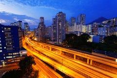 Noche ocupada del tráfico del tren de la carretera en las finanzas urbanas Imagen de archivo