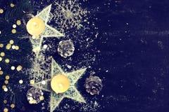 Noche oscura de la tarjeta de Navidad, ornamento del Año Nuevo, estrellas, velas Fotografía de archivo