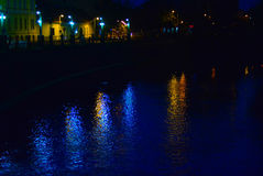 Noche oscura en el centro de la ciudad Imágenes de archivo libres de regalías