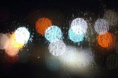 noche oscuridad Descensos sobre el vidrio sudoroso Del punto ligero Imagen de archivo