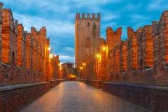 Noche Ponte Scaligero en Verona, Italia Fotografía de archivo