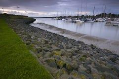 Noche por el puerto deportivo foto de archivo libre de regalías