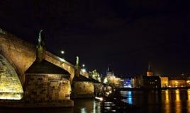 Noche Prag - nocni Praga del puente de Charles Imagen de archivo