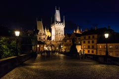 Noche Praga El puente de Charles foto de archivo