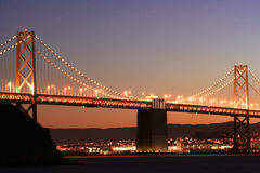 Noche. Puente de la bahía en el franco de San Imagen de archivo libre de regalías