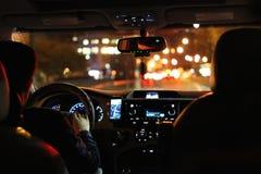 Noche que conduce en taxi Imagenes de archivo