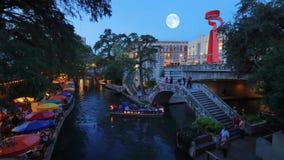 Noche que establece el riverwalk de San Antonio del tiro almacen de metraje de vídeo