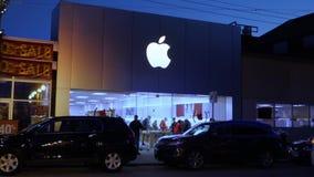 Noche que establece el tiro de Apple Store en ciudad almacen de video