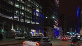 Noche que establece el tiro de la avenida de Euclid en Cleveland céntrica almacen de metraje de vídeo