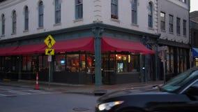 Noche que establece el tiro de la sala de pizza de la esquina de la ciudad almacen de video