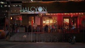 Noche que establece el tiro de un restaurante de la barra en Austin almacen de metraje de vídeo