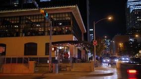 Noche que establece el tiro de un restaurante de la esquina de la barra en Austin metrajes