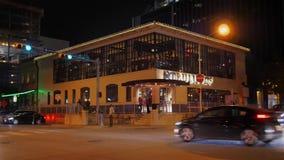 Noche que establece el tiro de un restaurante de la esquina de la barra en Austin céntrico metrajes