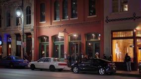 Noche que establece el tiro del barras y restaurantes en Austin almacen de metraje de vídeo