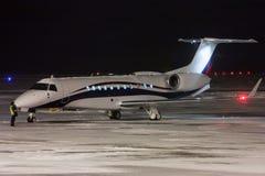Noche que se prepara para volar un jet privado Imagen de archivo libre de regalías