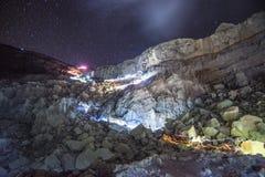 Noche que sube un acantilado, volcán de Kawah Ijen Foto de archivo libre de regalías