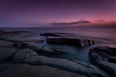 Noche rocosa de la costa costa Imagen de archivo libre de regalías