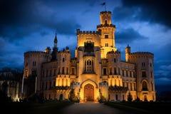 Noche sobre el castillo Hluboka nad Vltavou en República Checa imagenes de archivo