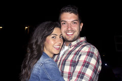 Noche sonriente hermosa de los pares hacia fuera Fotos de archivo libres de regalías