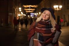 Noche sonriente joven de la calle del invierno de la muchacha al aire libre Imagen de archivo