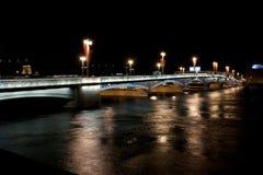 Noche St Petersburg con el puente ligero Fotografía de archivo