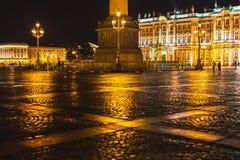 Noche St Petersburg El cuadrado del palacio y el museo de ermita en la noche Fotos de archivo libres de regalías