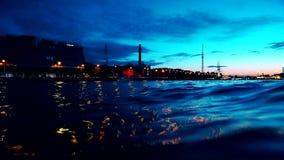 Noche St Petersburg Las velas del barco en el río de la noche metrajes