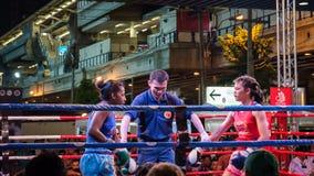 Noche tailandesa de la lucha del boxeo Fotos de archivo libres de regalías