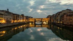 Noche Timelapse de Ponte Vecchio en la puesta del sol, Florencia, Toscana, Italia almacen de metraje de vídeo