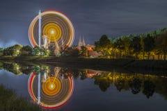 Noche tirada de festival popular con la noria Fotos de archivo