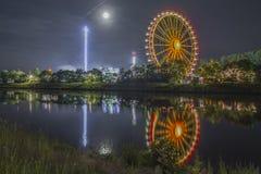 Noche tirada de festival popular con la noria Fotos de archivo libres de regalías