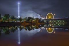 Noche tirada de festival popular con la noria Imagenes de archivo