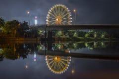 Noche tirada de festival popular con la noria Foto de archivo libre de regalías