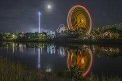 Noche tirada de festival popular con la noria Imagen de archivo