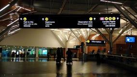 Noche tirada de pasajeros con equipaje almacen de video